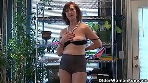 USA gilf Penny pleases her pantyhosed pussy